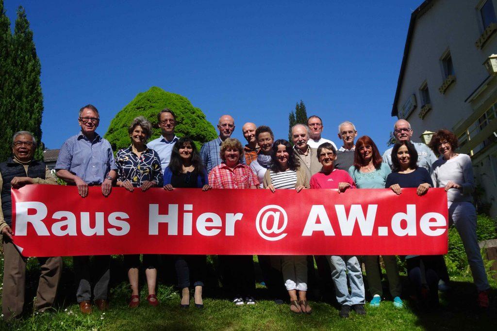 """Alfred Weil mit Gruppe und Banner """"Raus hier"""". Gemeint ist natürlich: raus aus dem Samsara!"""